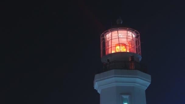 Maják s červené světlo v noci, střední záběr. Statický, pomalý pohyb 60 fps.