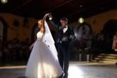 Fotografie Braut und Bräutigam tanzen