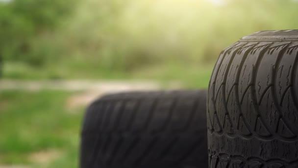 Auto pneumatiky zásobníku a cyklista v pozadí