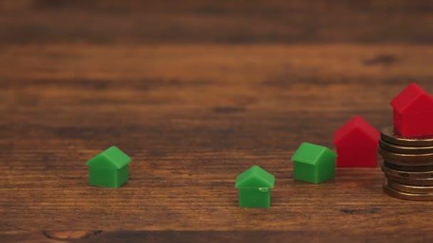 Immobilien-Hypotheken-Konzept mit kleinen Kunststoff-Häuser