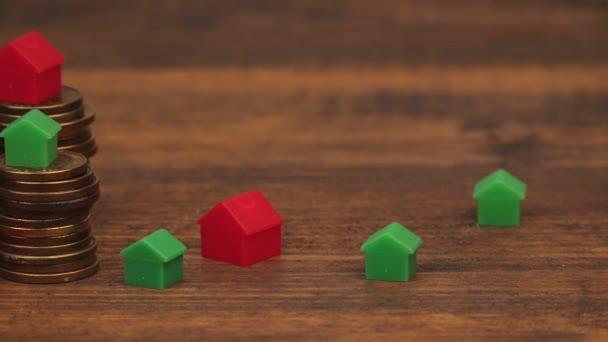 Immobilienhypothekenkonzept mit kleinen Kunststoffhäusern