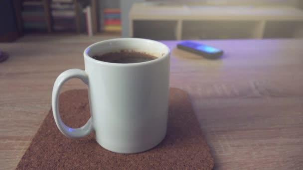 Šálek kávy na stole v obýváku