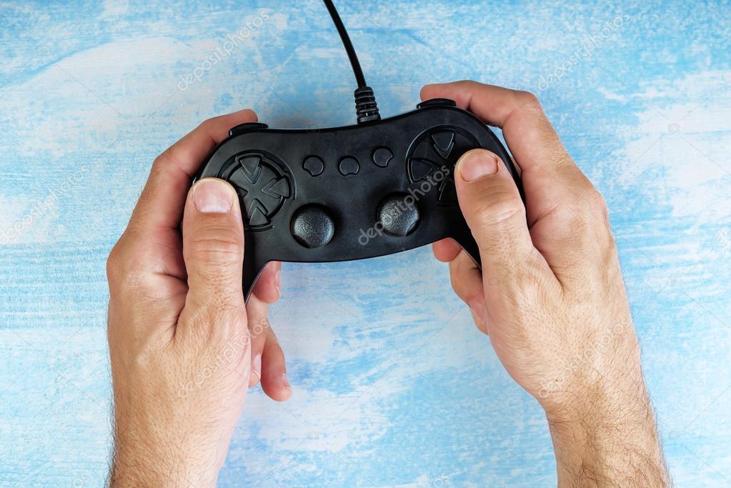 Houten Bureau Gebruikt.Gamer Gamepad Controller Gebruikt Op Houten Bureau Bovenaanzicht