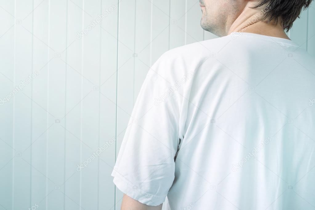 venta caliente real calidad y cantidad asegurada venta de bajo precio Hombre de camisa blanca por detrás — Foto de stock ...