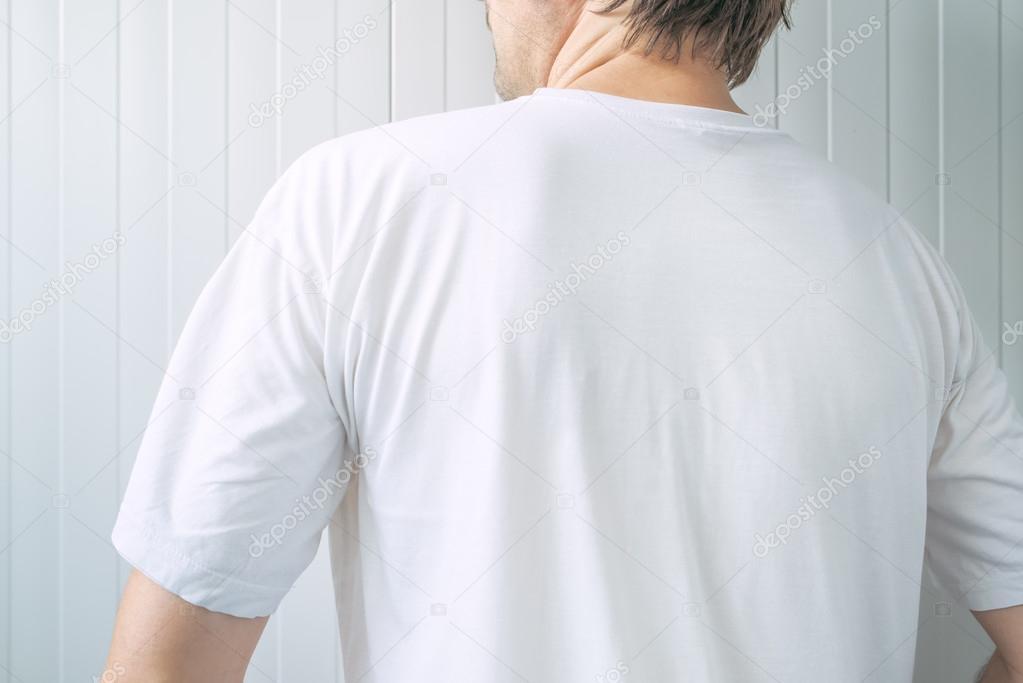excepcional gama de estilos y colores los mejores precios último diseño Macho adulto casual con camiseta blanca en blanco por detrás ...