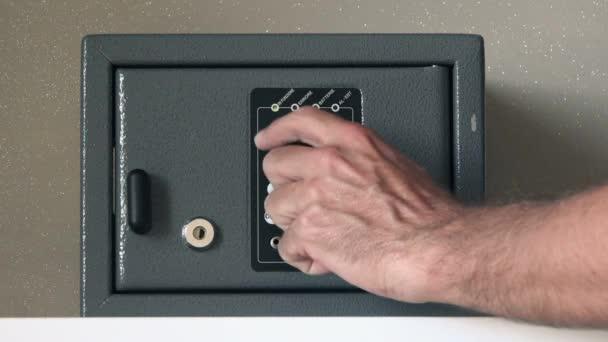 Muž otevírání bezpečnostní schránka v hotelu