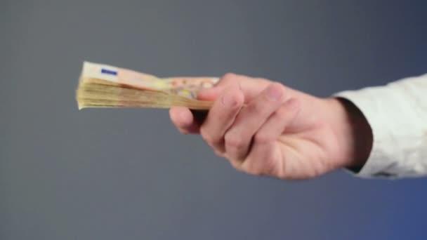 Podnikatel počítat 50 euro bankovky peníze.
