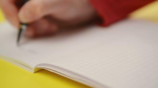 Nő írás megjegyzi, notebook, közelről folyamatos felvétel a szelektív összpontosít a kezét