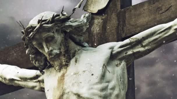 Keresztre feszítés átmenni Jézus Krisztus-szobor viharos felhők és a hó alá Időközű vallási Christian koncepció.