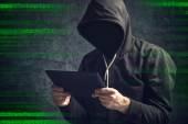 Fotografia Uomo anonimo irriconoscibile con computer digitale della compressa