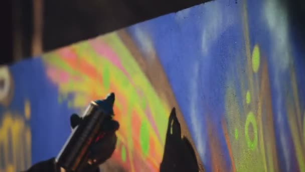 Felnőtt férfi Graffiti művész festék permetezés a falon, a szabadban Street Art koncepció, kézi Hd felvétel