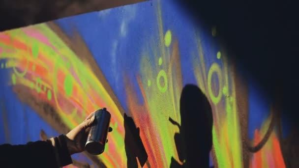 Dospělý samec Graffiti umělec nástřík zdi městské venkovní Street Art koncept, kapesní Hd záběry