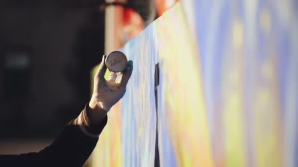 Felnőtt férfi Graffiti művész festék permetezés a falon, a szabadban Street Art koncepció, kézi Hd felvétel.
