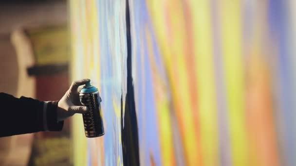 Dospělý samec Graffiti umělec nástřík zdi městské venkovní Street Art koncept, kapesní Hd záběry.