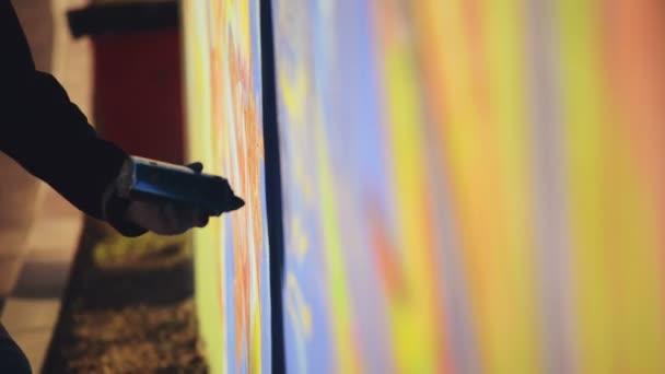 Graffiti umělec nástřík zdi, městské venkovní Street Art koncepce, Handheld 1920 x 1080 filmového laděných Hd záběry