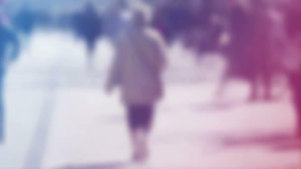 Verwischen Sie Menge der Menschen Walking On the Street im Bokeh, unkenntlich Gruppe von Männern und Frauen wie urbanen Hintergrund verwischen