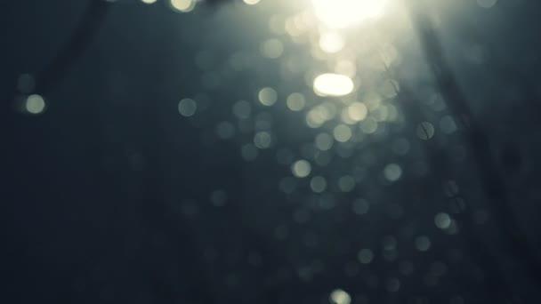 Abstraktní Bokeh povrch vody s vlnami a světlo částice třpytící se na slunci, selektivní pozornost zblízka 1920 x 1080 full Hd záběry