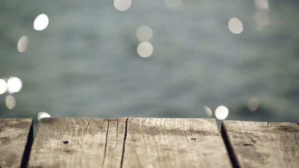Stará dřevěná mola mola na řece s vodou v Bokeh jako krásné přírodní pozadí