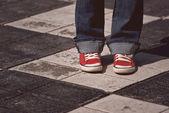 junge Teenagerin steht auf der Straße