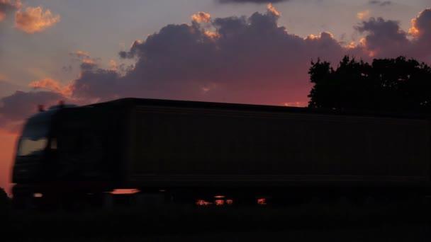 Silueta náklaďák v večer Sunset krajinou