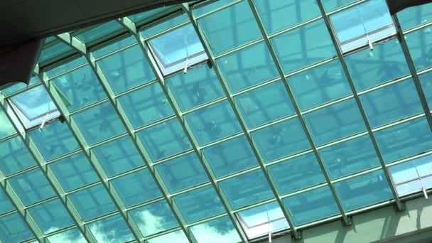 Lidí, kteří jdou v Shopping Mall, reflexe na sklo