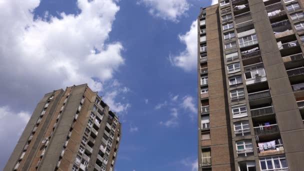 Wohnhaus-Wolkenkratzer mit blauem Sommerhimmel