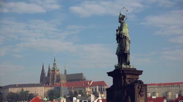 Jan Nepomuk sochy na Karlově mostě v Praze