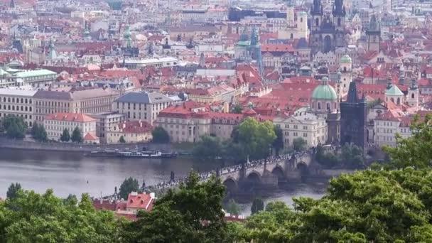 Panoramatický pohled z pražského Karlova mostu přes Vltavu z Petřína