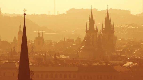 Nádherný panoramatický výhled pražské panoráma s výraznou architekturou památky na Misty ráno
