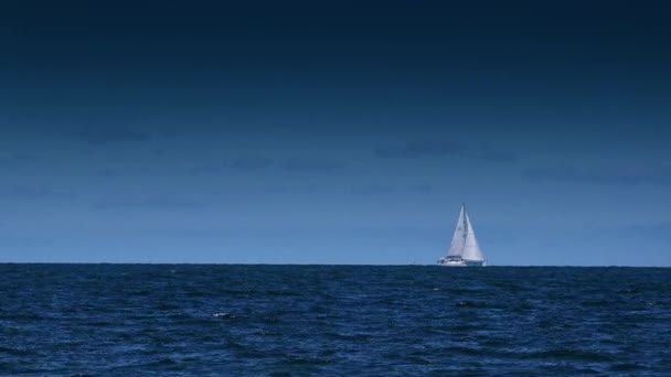 Loď plující na Open modré moře
