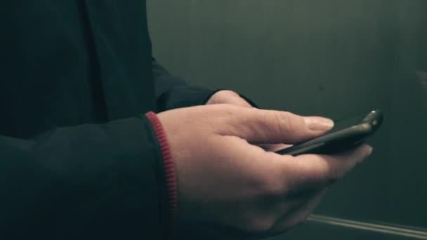 Sms-üzenet küldése a lift nő