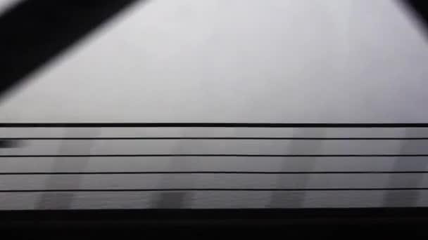 Cestování vlakem přes most, zobrazit přes okno