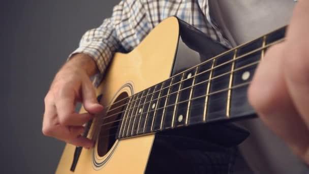 Ruční sběr struny na akustickou kytaru