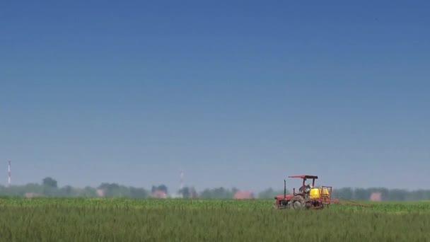 Zemědělství traktor v obdělávaná pole
