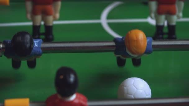 Tischkicker kickt den Fußball