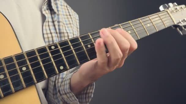 Hudebník hraje rock naladit na akustickou kytaru