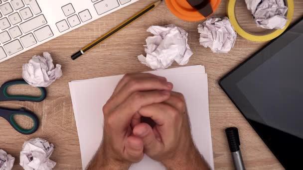 Nervózní grafik na pracovišti, pohled shora