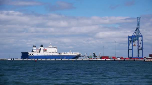 Nákladní loď na moři přístav