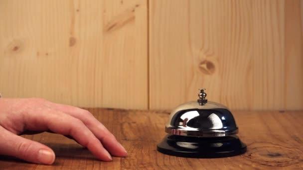 Nervózní žena zvonící na recepci hotelu