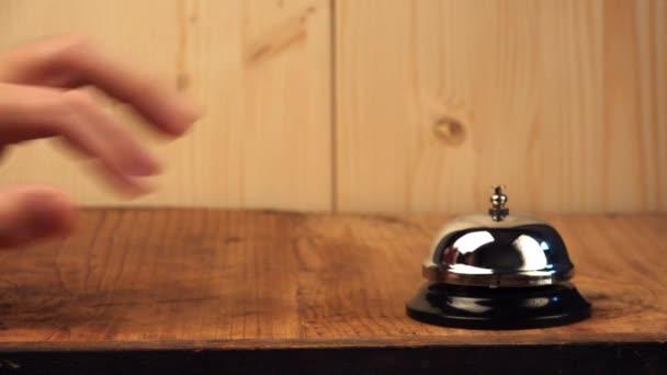 nervöser Mann klingelt an Hotelrezeption