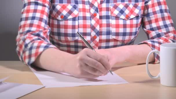 Žena napsal dopis na kancelářský stůl