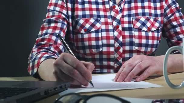 Üzletasszony írásban projekt terv megállapítja, otthoni munkavégzés