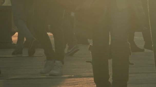 Irriconoscibile folla di gente che cammina sulla strada della città