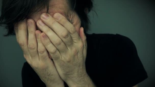 Pszichotikus szakállas férfi, a mentális problémák