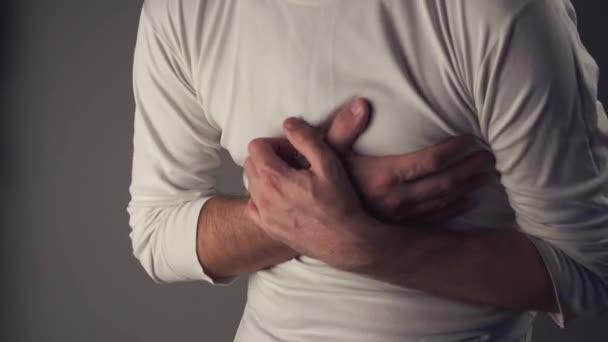 Uomo che soffre dal dolore di cassa, attacco di cuore o crampi