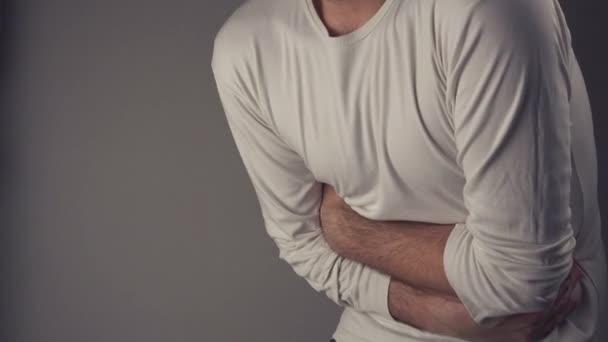 muž trpící bolest žaludku
