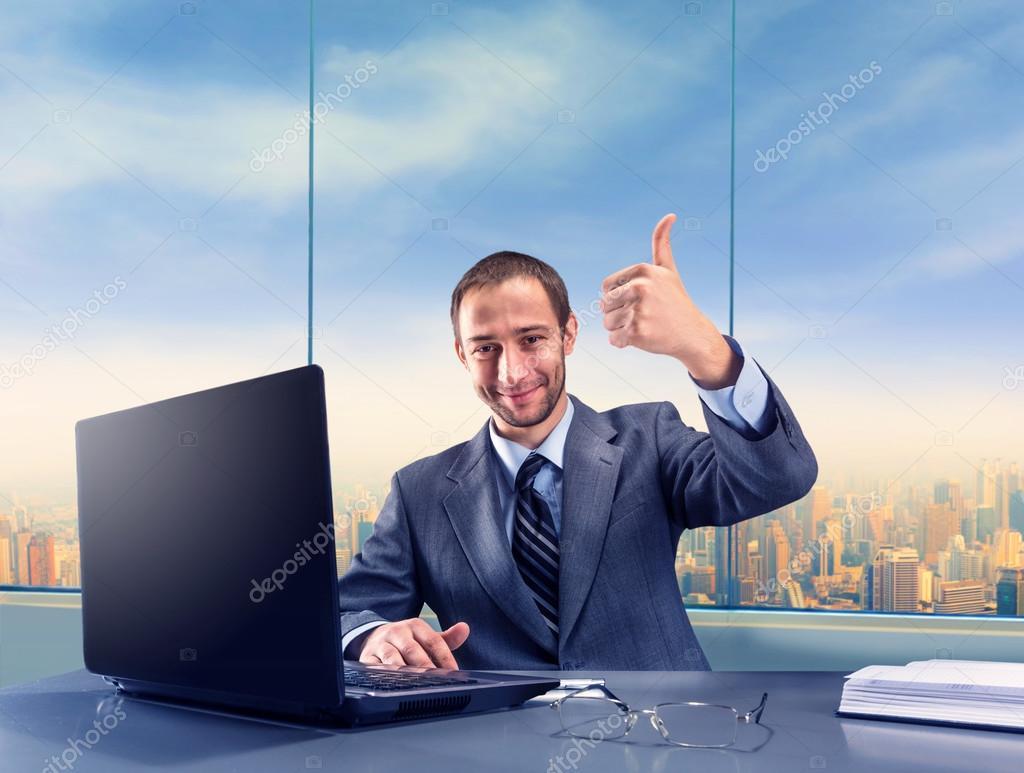 pulgar gesticular de empresario exitoso a fotos de stock