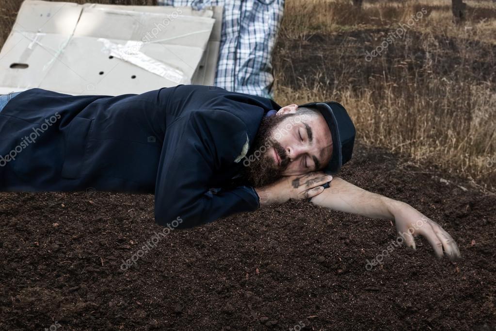 Slapen Op Grond : Dakloos slapen op de grond u stockfoto nomadsoul