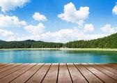 Blick auf ruhigen See