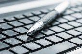 Fotografie Black Pen auf der Tastatur